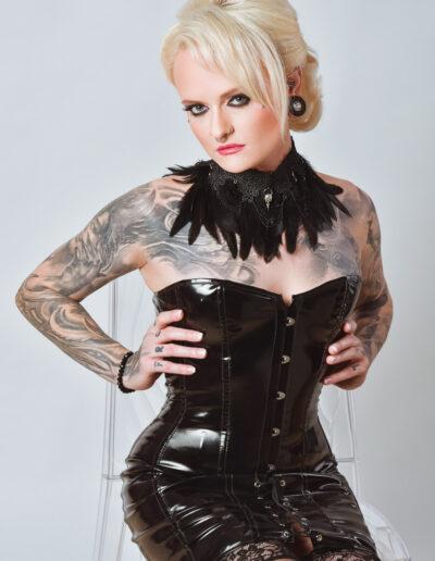 Mistress Sinister mit Federhalsband