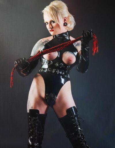 Mistress Sinister mit roter Peitsche